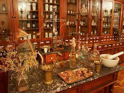 "Lviv Pharmacy Museum ""Under the Black Eagle"" - Аптека-музей у Львові"